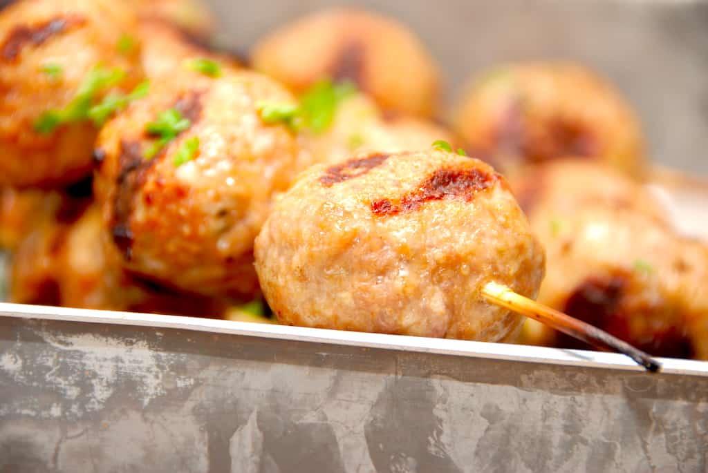 Grillede kødboller på spyd (saftige og lækre)