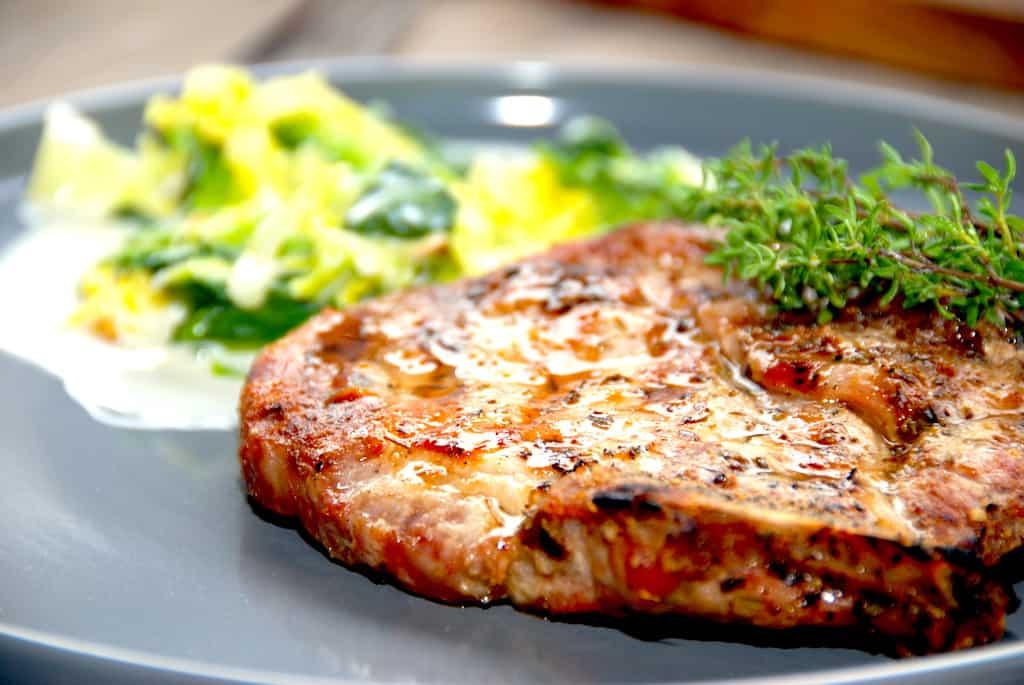 Grillede koteletter med ben og flødestuvet savoykål