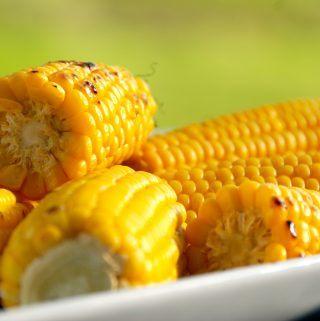Se i opskriften hvordan du laver de perfekte grillede majs med eller uden blade, hvor majsene får den rigtige smag og sprødhed. Foto: Madensverden.dk.