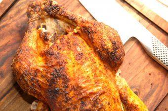 En virkelig god opskrift på hel kylling i ovn med brun sovs og agurkesalat. Kyllingen steges en time i ovnen, og serveres med kartofler, gulerødder og en hjemmelavet agurkesalat. Foto: Madensverden.dk.
