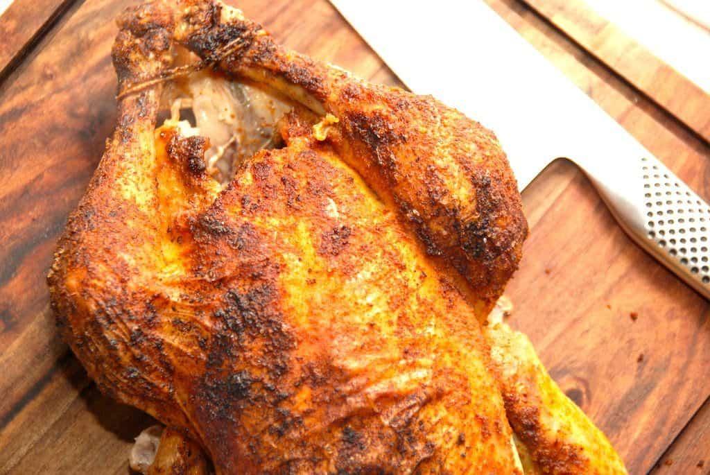 Hel kylling i ovn med brun sovs og agurkesalat - Madens Verden