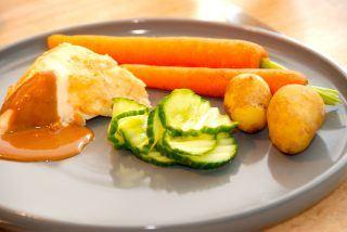Hel kylling i ovn med brun sovs og agurkesalat