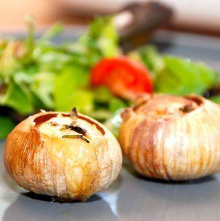 Hele bagte solo hvidløg er en nem måde at lave hvidløg i ovnen på, og de er også nemme at tilberede i grillen. Foto: Madensverden.dk.