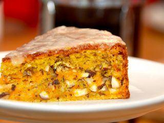 Er den ikke flot? En hjemmebagt gulerodskage med hasselnødder og appelsin, der bages helt uden brug af hverken smør eller olie. Foto: Madensverden.dk.