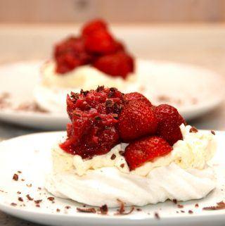 God dessert: Hjemmelavede fuglereder med jordbær og rabarber, der laves på en bund af hjemmebagte marengs. Fyldet er vaniljeflødeskum, friske jordbær og en lækker rabarberkompot. Foto: Madensverden.dk.