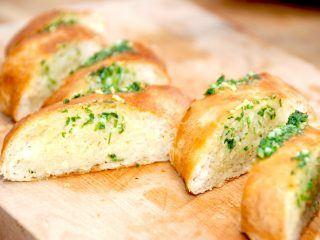 Hjemmelavede hvidløgsflutes er bare bedst. Sprøde brød, der nemt fyldes med en god hvidløgssmør med persille, og bages færdig i ovnen. Og disse hvidløgsbrød er bedre end dem du køber i supermarkedet. Foto: Madensverden.dk.