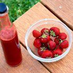 Hjemmelavet jordbær sirup, der er lavet af friske, danske jordbær. Den er meget nem at lave, og så skal du prøve at servere den til is og chokoladekage. Foto: Madensverden.dk.
