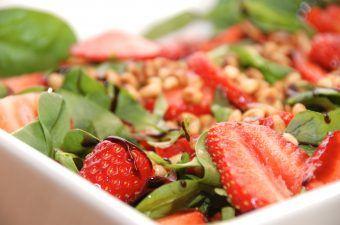 En virkelig lækker jordbærsalat, der er en salat med jordbær, en napolitana salatblanding og ristede pinjekerner.En rigtig sommersalat. Foto: Madensverden.dk.