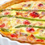 En virkelig dejlig og hjemmelavet tærte med asparges og tomater, der også bages med serrano skinke. Foto: Madensverden.dk.