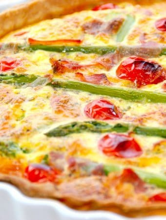 Hjemmelavet tærte med asparges og tomater