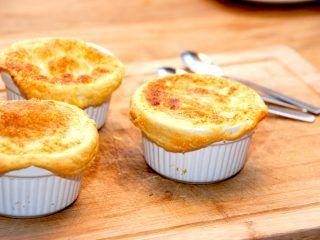 Indbagt rabarberkompot med butterdej er en virkelig lækker dessert, der sagtens kan laves i god tid. Foto: Madensverden.dk.