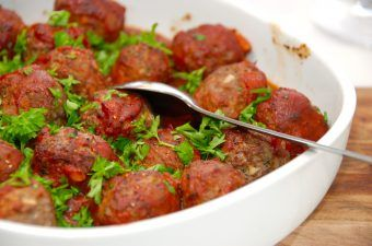Det her er simpelthen de bedste italienske kødboller i tomatsovs, som du overhovedet kan forestille dig. Kødbollerne er stegt i ovnen, og drysset med frisk persille. Foto: Madensverden.dk.