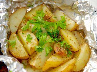 Lækre og nemme kartoffelpakker med hvidløg og rosmarin, der både kan tilberedes i ovn og grill. Kartoffelpakkerne er gode som tilbehør. Foto: Madensverden.dk.