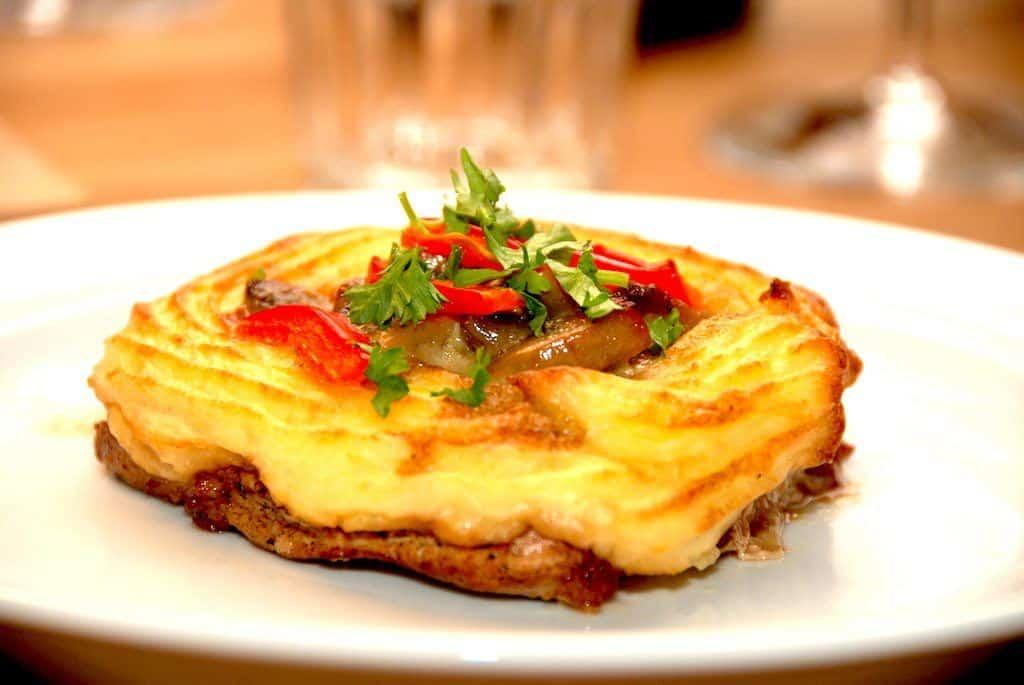 Koteletter med kartoffelmos og champignon a la creme