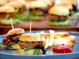 Mini frikadelleburgere med ovnstegte pommes frites er lækker aftensmad, og de små burgerboller er nemme at lave. Der er i virkeligheden tale om dejlige sliders. Foto: Madensverden.dk.