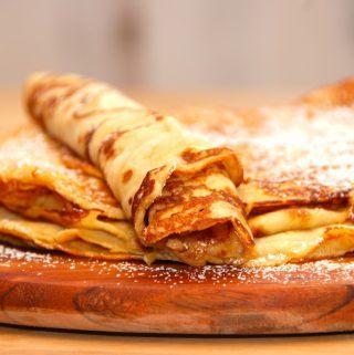 En super lækker pandekage opskrift, hvor du også får et par gode tricks fra kokken til fremstilling af de perfekte pandekager. Foto: Madensverden.dk.