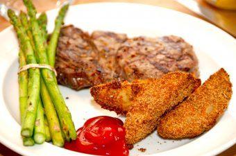 Panerede kartoffelbåde i ovn med ribeye steak