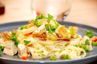 En virkelig lækker og nem pasta med madlavningsfløde opskrift, hvor de øvrige ingredienser blandt andet er stegt kylling, bacon, gulerødder og bladselleri. Foto: Madensverden.dk.