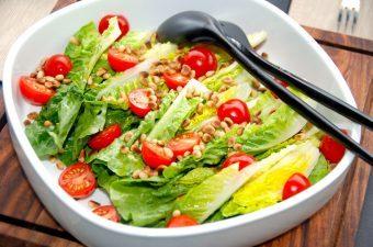 Romainesalat med tomater og pinjekerner opskrift