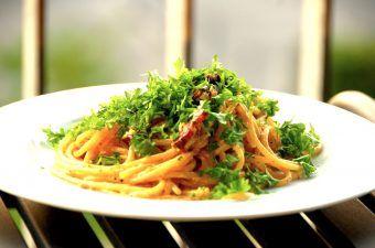 Verdens bedste spaghetti carbonara, præcis som de bedste italienske spisesteder laver den i Rom. Du kan lave den med eller uden parmesan, men altid anrette carbonaraen med friskhakket persille. Foto: Madensverden.dk.