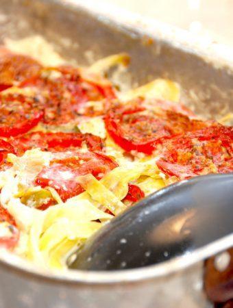 Spidskål og blomkål med tomater i fløde fad er lækkert tilbehør til retter med kød, og er god som kost i forbindelse med LCHF. Foto: Madensverden.dk.