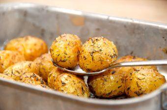 Ovnbagte timiankartofler, der laves af små kartofler. Vend dem med lidt olivenolie og timian, og bag dem en halv times tid i ovnen. Foto: Madensverden.dk.