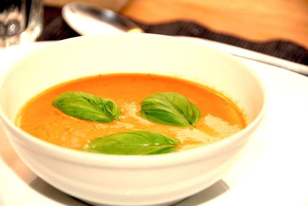 Cremet tomatsuppe med friske tomater opskrift