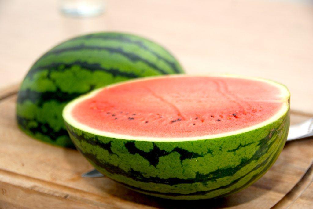 Du starter med at dele vandmelonen på midten på den lange led, hvor du anvender en skarp kniv. Foto: Madensverden.dk.