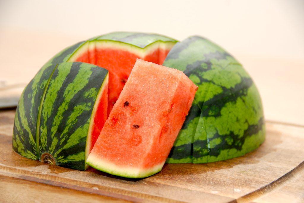 Så nem er en udskæring af vandmelon, og nu er den klar til servering. Foto: Madensverden.dk.