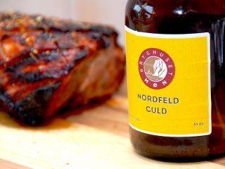 En grillet og lækker ølmarineret nakkekam med øl fra Møn Bryghus. Her er der anvendt en Nordfeld Guld, men ølmarinaden kan selvfølgelig sagtens laves af andre typer øl. Og gerne også mere mørke typer. Foto: Madensverden.dk.