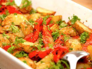 En virkelig lækker kartoffelsalat med grillede peberfrugter og eddikedressing, der vendes med hakket persille. Kartoffelsalaten er god til grillet kød, men er også et hit til frikadeller eller koteletter. Foto: Madensverden.dk.