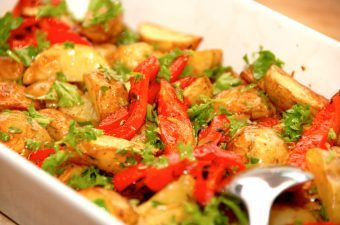 Kartoffelsalat med grillede peberfrugter og eddikedressing