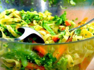 En super lækker pastasalat med broccoli, gulerødder og en skøn persilleolie. Her er der anvendt en bredbåndet pasta. Foto: Madensverden.dk.