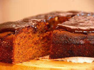 Super dejlig opskrift på chokoladekage med Baileys, der laves med mørk chokolade og ikke kakao. Baileys chokoladekagen overtrækkes med en skøn chokoladecreme. Foto: Madensverden.dk.