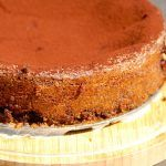 En virkelig lækker chokoladekage med chokolade, der drysses med kakaopulver inden servering. Foto: Madensverden.dk.