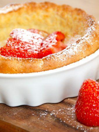 De fem bedste pandekage opskrifter samlet på én side, så du hurtigt kan finde din favorit blandt et væld af lækre pandekager. Blandt andet denne med ovnbagte pandekager, der serveres med jordbær. Foto: Madensverden.dk.