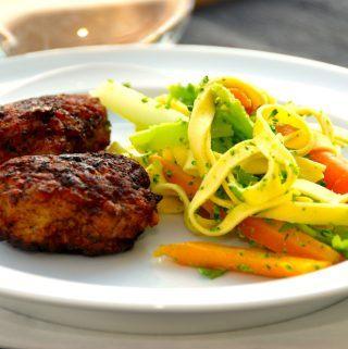 Lækre frikadeller med havregryn, der serveres med en frisk pastasalat med dampet broccoli og gulerødder. Foto: Madensverden.dk.