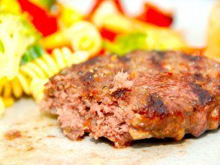 Grillede hakkebøffer med bacon og timian er saftige og lækre, og de kan spises som almindelige hakkebøffer, eller anvendes i en hjemmelavet burger. Foto: Madensverden.dk.