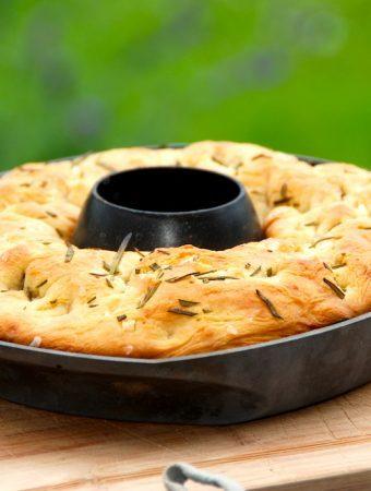 Det er uhyre nemt, at lave en grillet focaccia i kyllingeholder, og så har du lækkert og friskbagt brød til grillmaden. Foto: Madensverden.dk.