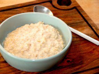 En lækker havregrød opskrift, hvor havregrøden bliver cremet på den helt rigtige måde. Havregrøden laves af både vand og mælk. Foto: Madensverden.dk.