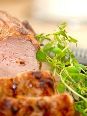 Mør og saftig helstegt svinemørbrad, der steges cirka 18 minutter i ovnen. Derefter skal mørbraden hvile i 10 minutter inden udskæring. Foto: Madensverden.dk.