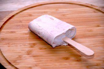 Det er meget nemt at fremstille hjemmelavede ispinde med jordbær flødeis, og endda uden at flødeisen krystalliserer. Foto: Madensverden.dk.