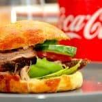 Herremad. Hjemmelavet pulled pork burger med sprøde boller, der laves med langtidsstegt nakkefilet i ovn, og de lækre og hjemmebagte burgerboller. Foto: Madensverden.dk.