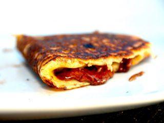 Lækre og indbagte pandekager med Nutella, der både kan laves på grill og pande. Pandekagerne er sprøde og med dejligt fyld af Nutella. Foto: Madensverden.dk.