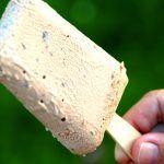 Lækre ispinde med hjemmelavet chokolade flødeis. Isen laves nemt uden brug af ismaskine, og den krystalliserer ikke. Brug gerne en chokolade med en ikke for høj kakaoprocent, da den høje kakaoprocent gør isen mere bitter i smagen. Foto: Madensverden.dk.