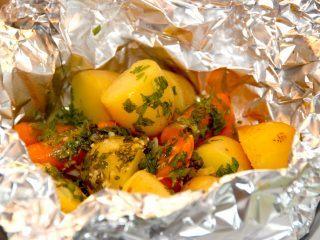 Lækre kartofler og gulerødder i pakke med hvidløgssmør, der grilles ved indirekte varme i 15 minutter. Foto: Madensverden.dk.