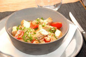 Kylling med risotto og tomater er super lækker mad med inspiration fra Italien. Retten er rimelig fedtfattig, men stadig meget fyldig. Foto: Madensverden.dk.