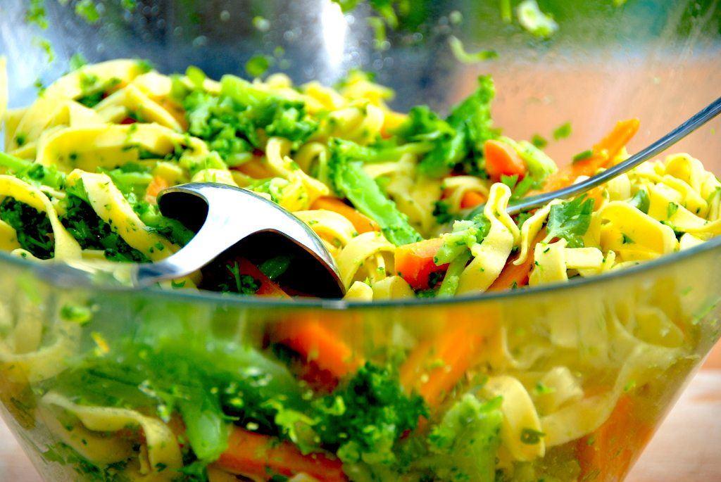Madplan uge 29 byder blandt andet på frikadeller med havregryn, der serveres med denne dejlige pastasalat. Foto: Madensverden.dk.