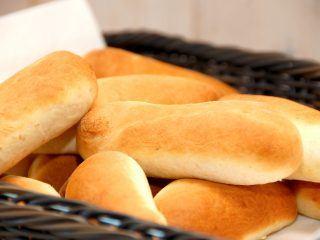 De hjemmelavede pølsebrød er både lette, luftige og fyldige på samme tid, og meget bedre end de færdigkøbte brød. Foto: Madensverden.dk.