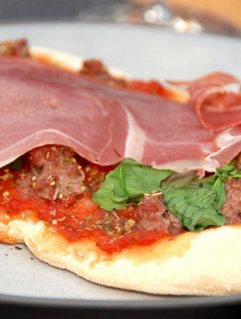 Lav en lækker pizza med fordej, der er en super dejlig pizzadej opskrift. Pizzaen bliver sprød og har en god struktur. Foto: Madensverden.dk.